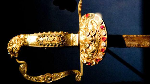 Kiếm được cho là một trong những vật được Vua Bảo Đại trao lại khi thoái vị
