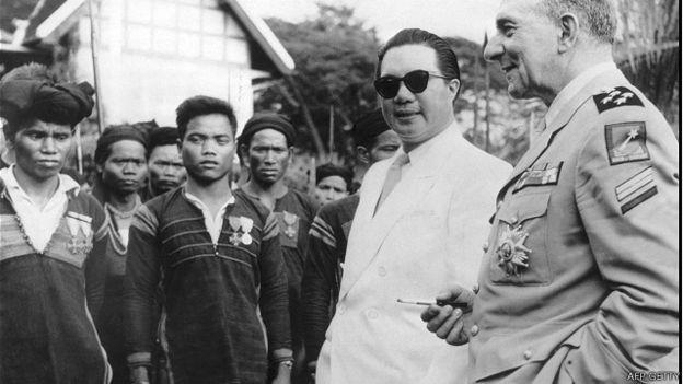 Vua Bảo Đại (trong ảnh cùng Tướng Pháp Jean de Lattre de Tassigny hồi năm 1950 ở Buôn Mê Thuột) không có mặt trong buổi trao lại ấn kiếm năm 1952. Nguồn ảnh: AFP