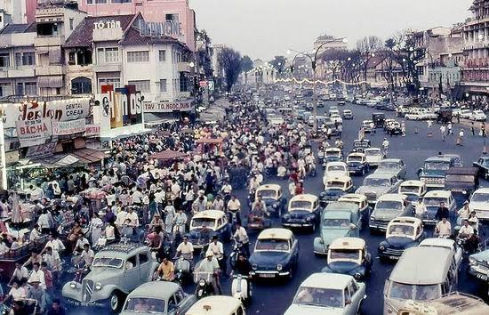 Ngoài đường, khu vực trước chợ Tết Bến Thành, Sài Gòn những năm 1960