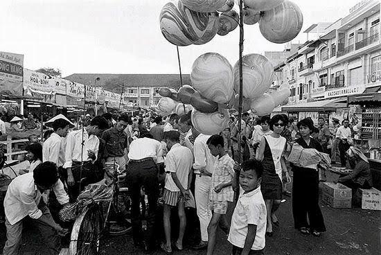 Bán bóng bay ở chợ Tết Bến Thành, những năm 1960