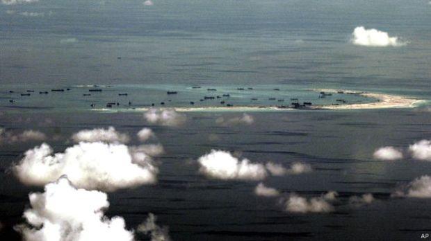 Hình ảnh từ truyền thông quốc tế phản ánh việc Trung Quốc mở rộng, bê tông hóa và kiên cố hóa các khu vực lấn chiếm được tại biển Đông.