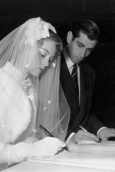 Ký giấy hôn thú với  Roger Vadim  tại Paris tháng 12, 1952 With Roger Vadim, signing the marriage register during their wedding at a church in Paris on December 20, 1952.