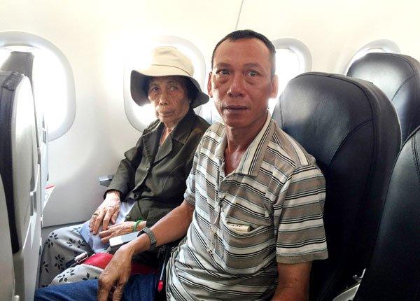 Bà quả phụ Nguyễn Văn Ðương và con trai Nguyễn Viết Xa lần đầu tiên trong đời đi máy bay. (Hình: Việt Hùng/Người Việt)