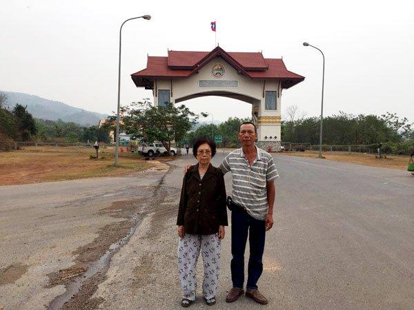 Hai mẹ con khi vừa bước qua cửa khẩu biên giới Việt-Lào. (Hình: Việt Hùng/Người Việt)