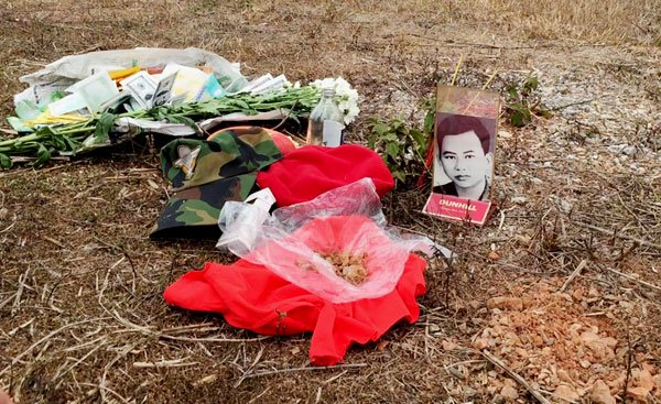 Bà Mai đã lấy nắm đất trên đồi 31, nơi Ðại Úy Ðương hy sinh để mang về Việt Nam. (Hình: Việt Hùng/Người Việt)