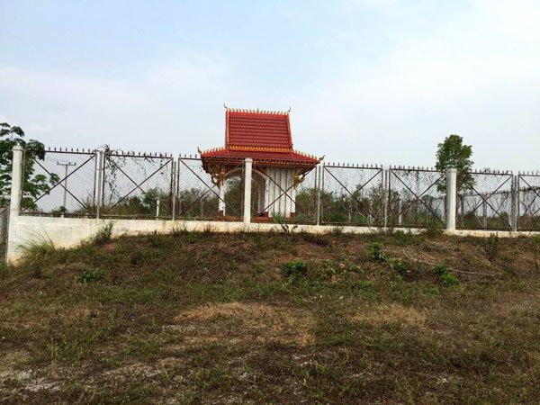 Ngôi miếu thờ trên đỉnh đồi 31. (Hình: Việt Hùng/Người Việt)