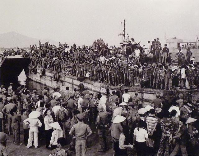 Bến tàu bãi biển Tiên Sa, Sơn Trà, Đà Nẵng khi các xà lan đã đầy nghẹt người chiều ngày 29 tháng 3 năm 1975