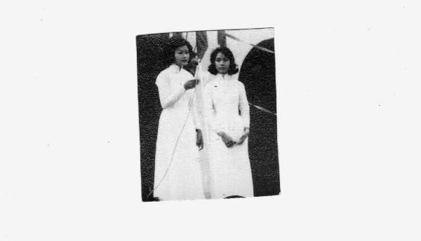 Hoàng Oanh và Quỳnh Giao trong buổi văn nghệ bãi trường