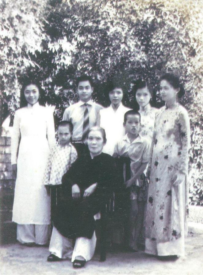 Phùng Thăng đứng thứ ba, đứng đầu từ trái qua là Phùng Khánh