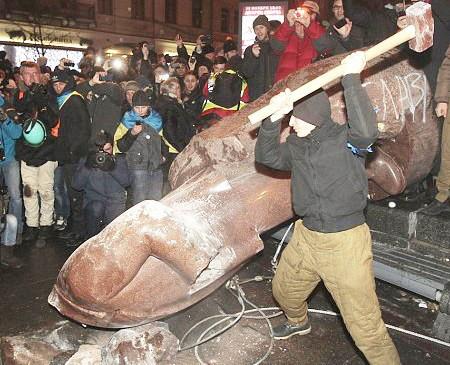 Tội đồ Lenin chết đã 70 năm vẫn bị người Nga căm hận, trừng phạt.
