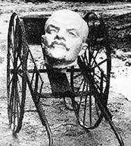 Lenin bị dân Nga cưa đầu, bỏ trong xe rác.